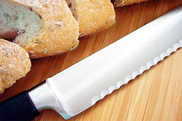 image of serrated knife next to bread